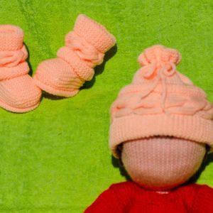 Ensemble bonnet et chaussons à torsades horizontales